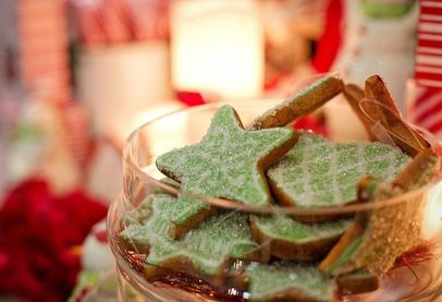 Star-shaped Christmas cookies in a bowl